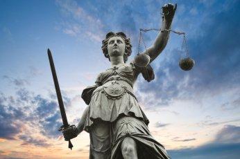 Estatua de la dama de la justicia, con su espada y su balanza, aunque en este caso no es justicia ciega ya que no lleva los ojos vendados